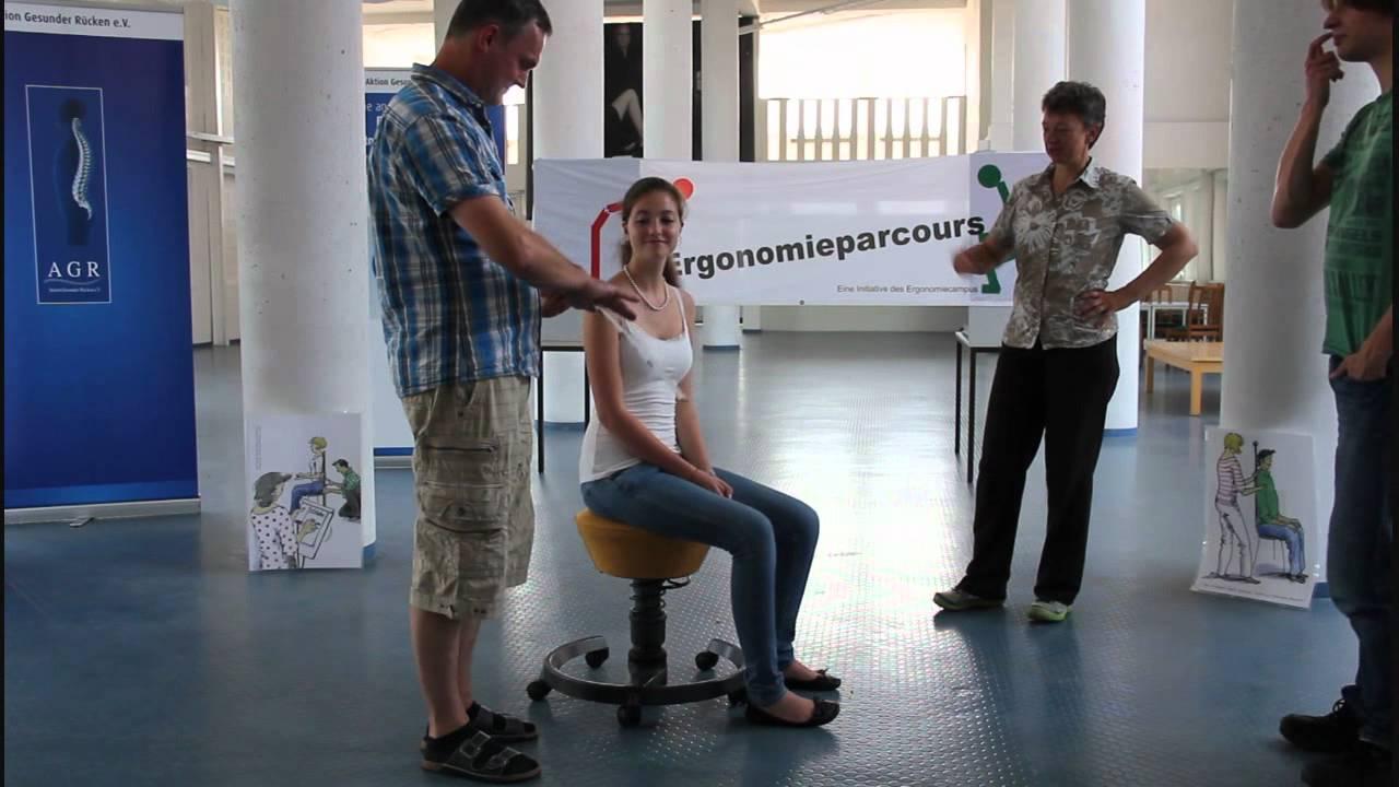 Gesunde Arbeitshöhe für sitzende und stehende Tätigkeit messen